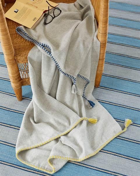 Alpakaplaid mit blauem Stickrand
