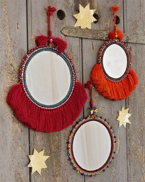 Spiegel mit roten Fransen