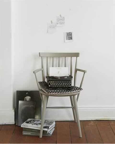 Stuhl mit Armlehne, grau, Massivholz